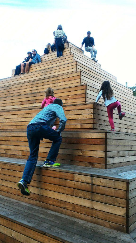 פירמידת עץ לטיפוס במוזיאון לואיזיאנה