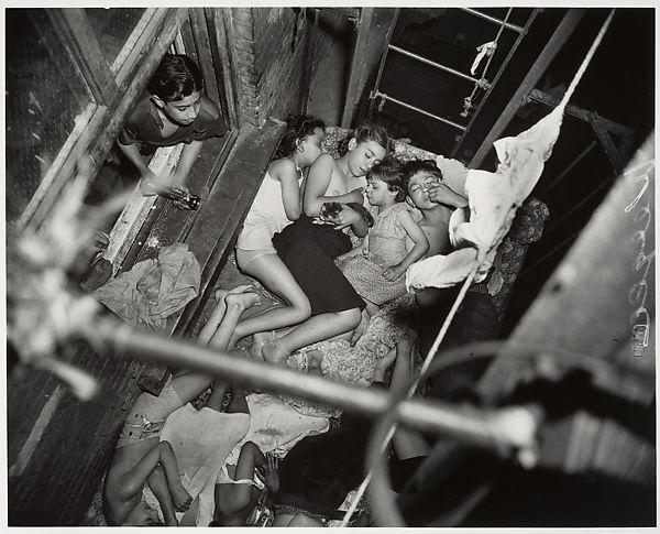 ילדים ישנים במדרגות החירום