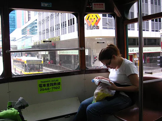 קוראת ברכבת בהונג קונג