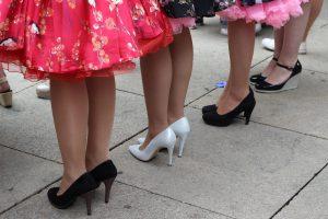 בחורות עם שמלות צבעוניות ונעלי עקב בתצוגת אופנה פראג
