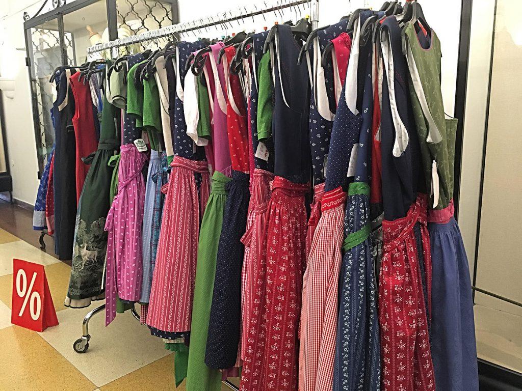 שמלות אוסטריות מסורתיות בחנות בלינץ