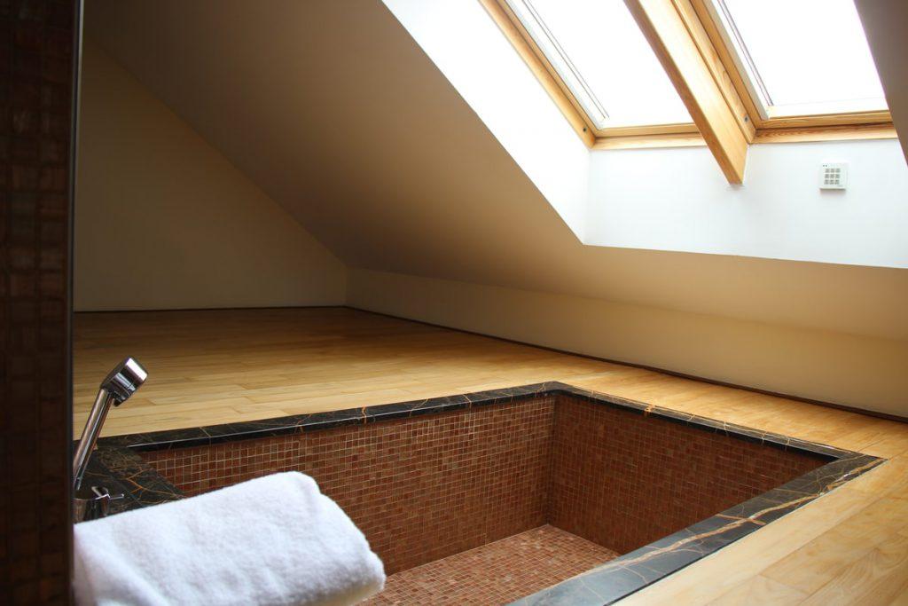 אמבטיה שקועה ברצפת החדר במלון Eurostar Thalia