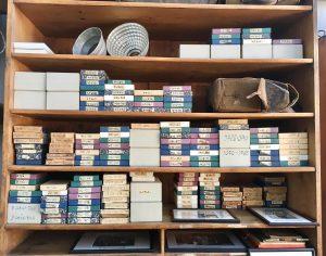 מדפים עמוסים בסטודיו לצילום Museum Fotoatelier Seidel