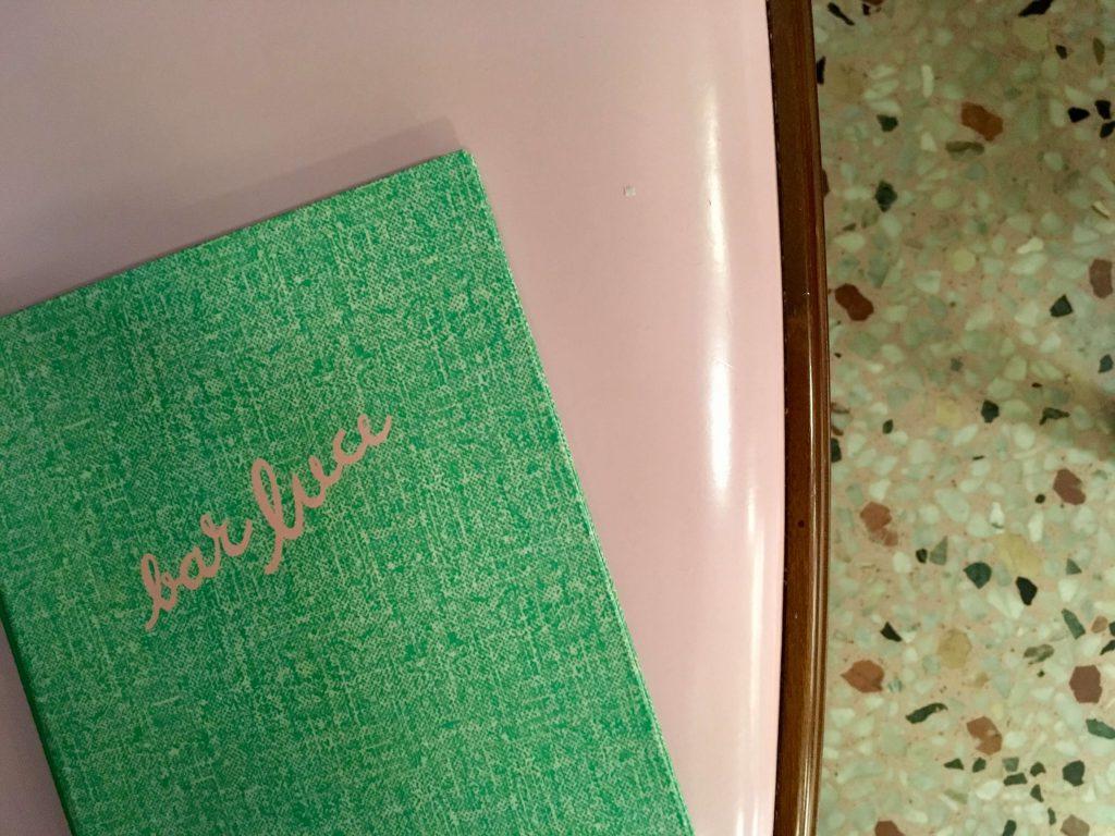 רצפת טרסו, כסא ורוד ותפריט ירוק bar luce