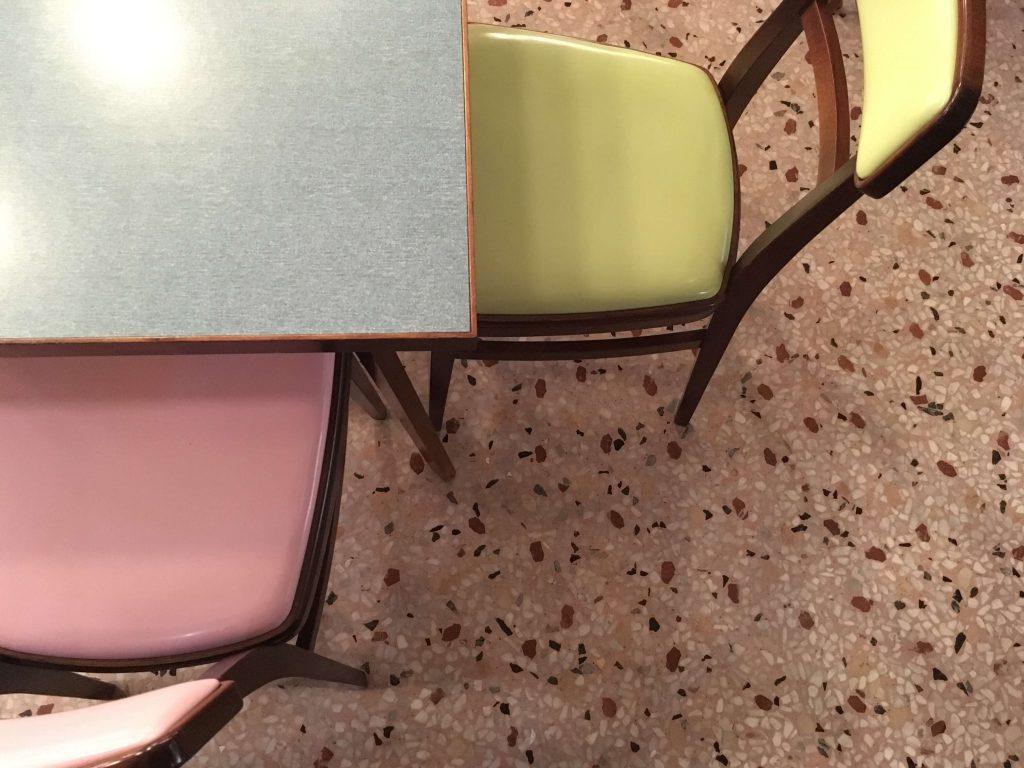 רצפת טרצו ושולחן פורמייקה בבר לוק