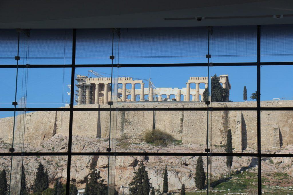 האקרופוליס נשקף מחלון המוזיאון