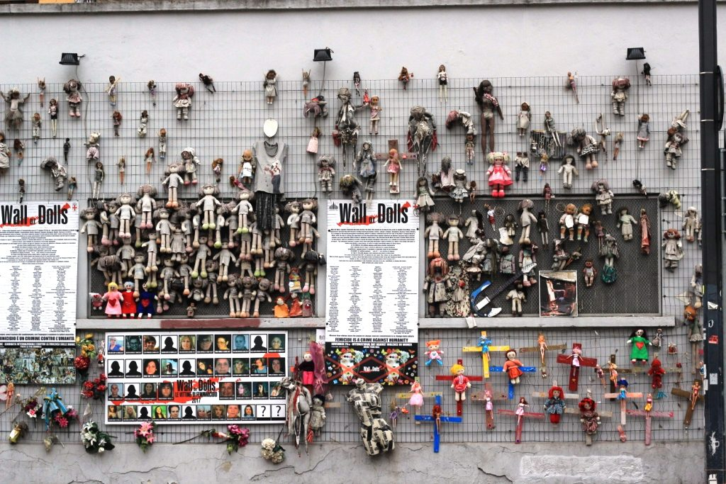 אמנות מחאה נגד אלימות כלפי נשים- קיר עם בובות