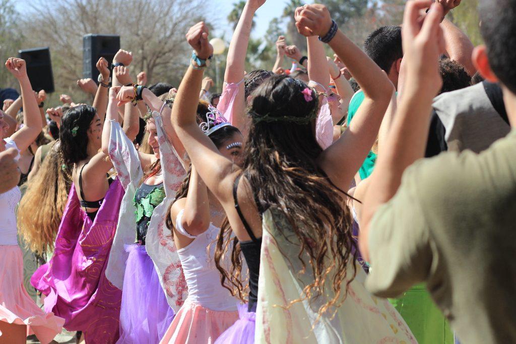 רוקדים בעדלאידע בשדה בוקר