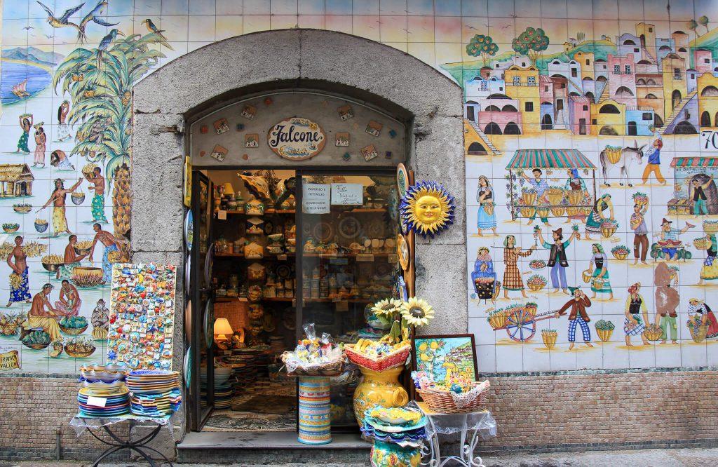 חזיתות של חנויות מחופות אריחי קרמיקה צבעוניים