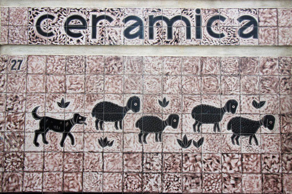 תמונת קיר מאריחים -- כבשים שחורות