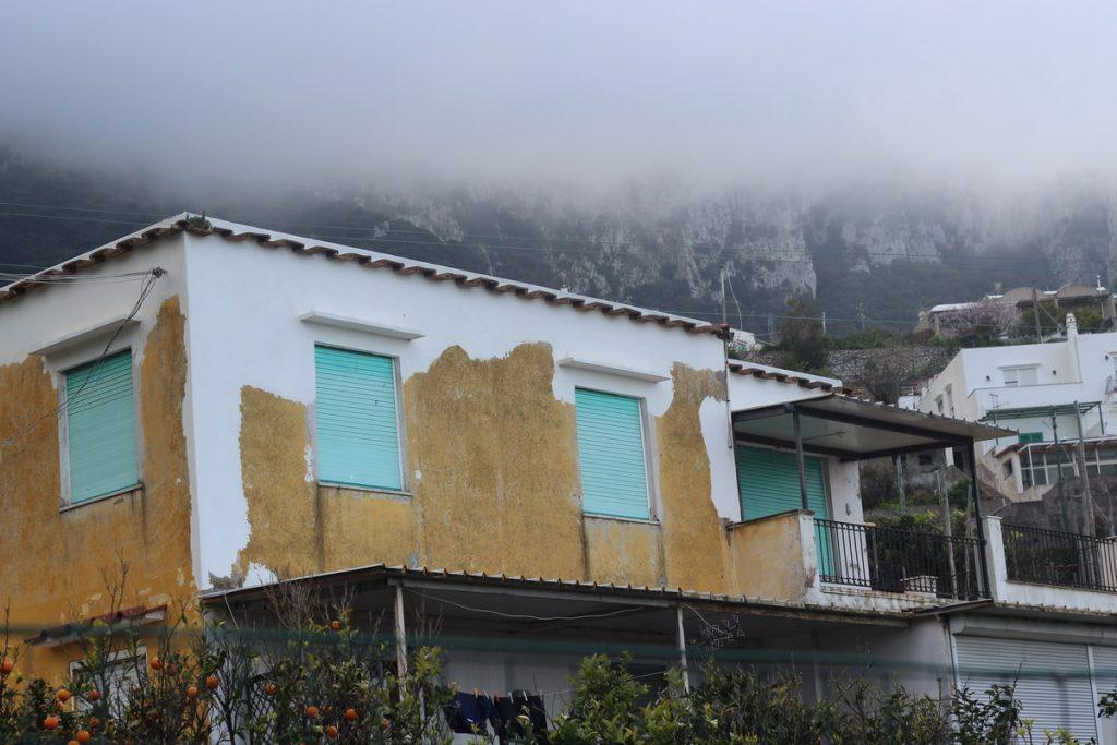 בית עם קירות מתקלפים בקפרי