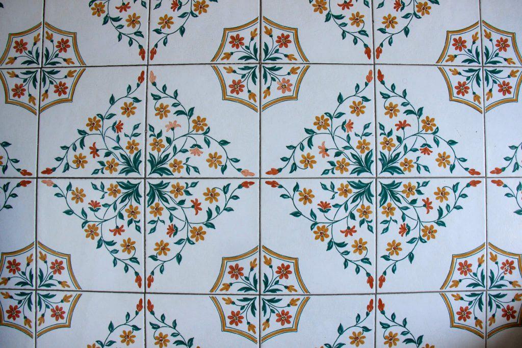 רצפה מצוירת במלון שלנו במאיורי