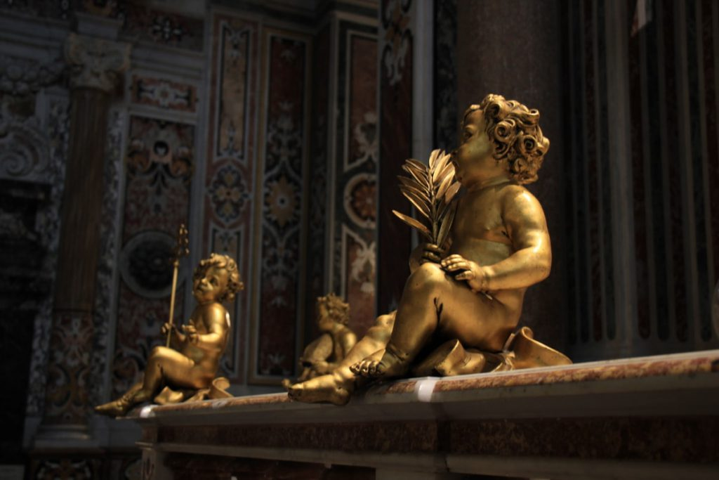 פסל מוזהב בכנסיה