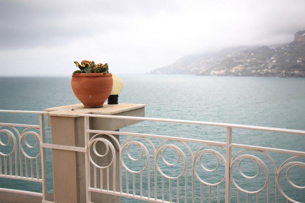 מרפסת המלון מעל הים במאיורי