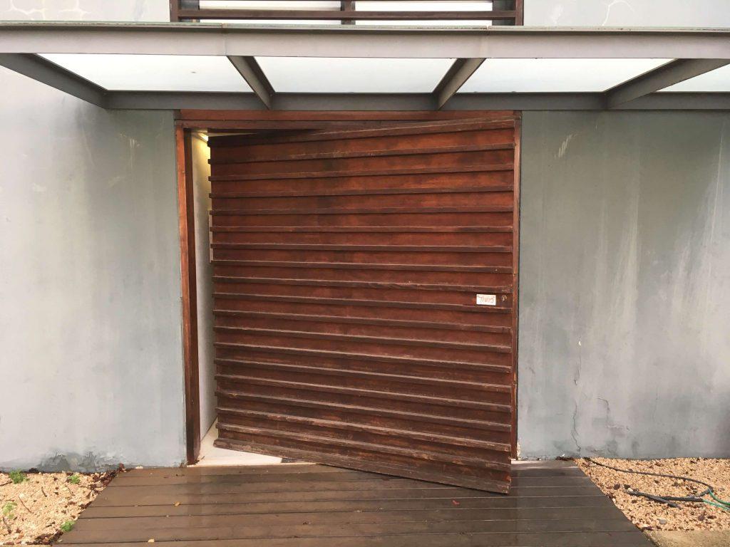 דלת עץ של מרכז גוטסמן לתחריט