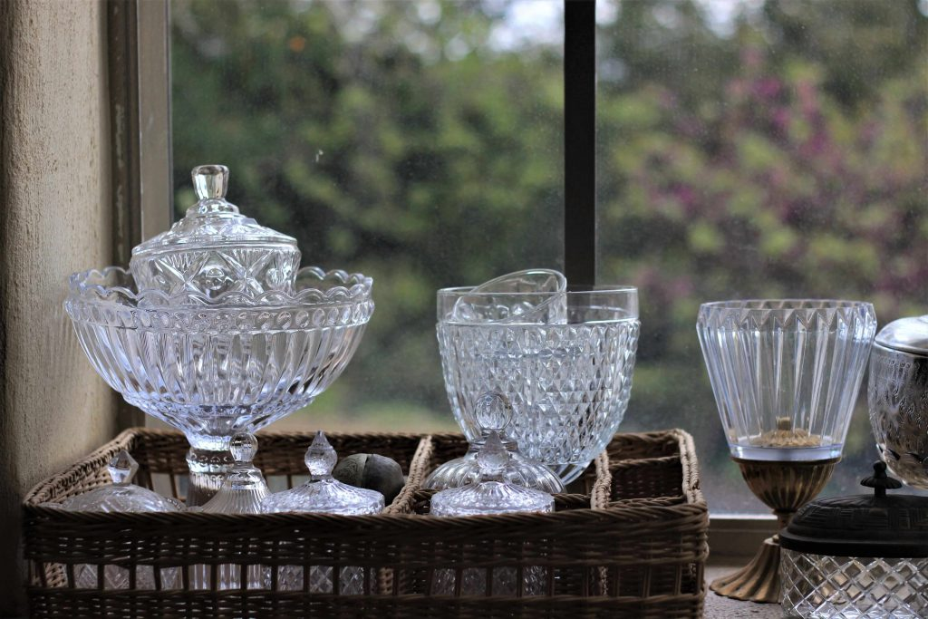 כלי זכוכית בחלון