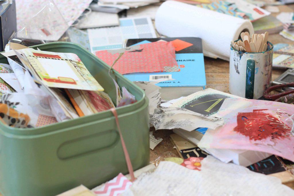 קופסה עם ניירות לסדנת היצירה