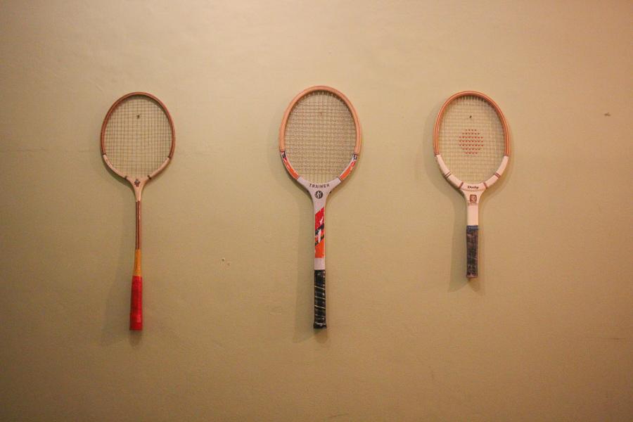 מחבטי וינטג' על הקיר vintage tennis rackets