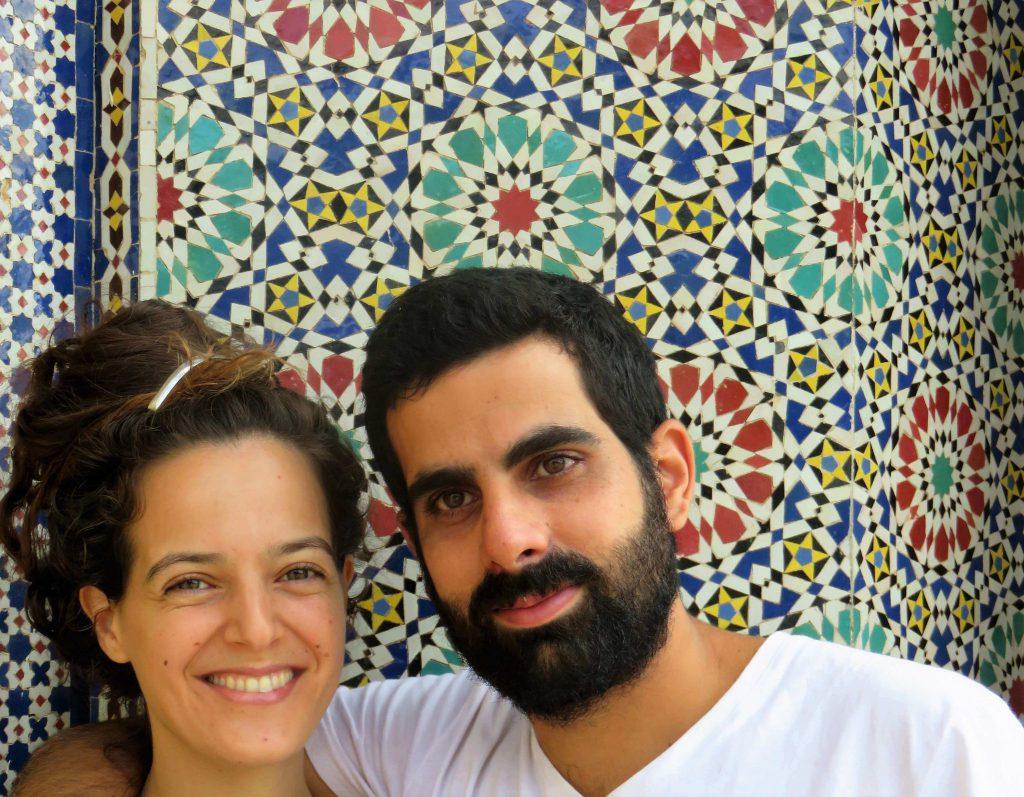 הדסה ובן זוגה על רקע קיר עם פסיפס מרוקאי
