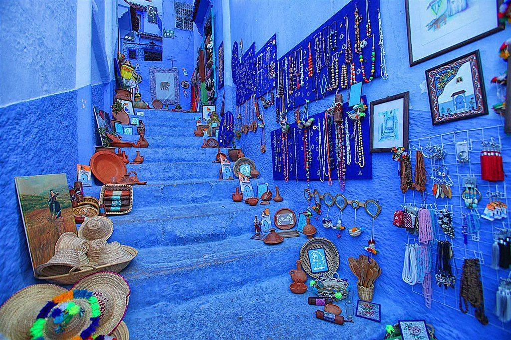 רחוב ב chefchaouen צבוע כחול עם דברים לקניה