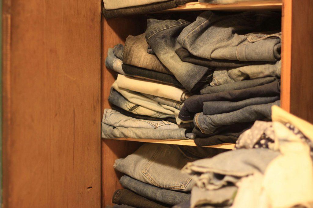 ארון מלא ג'ינסים משומשים