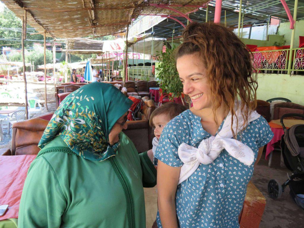 הדסה עם תינוקת במנשא מדברת עם אישה מרוקית
