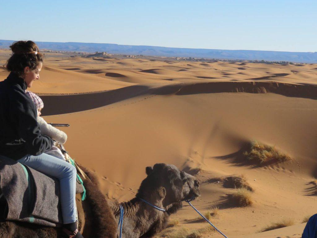 הדסה רוכבת עם התינוקת על גמל במדבר סהרה