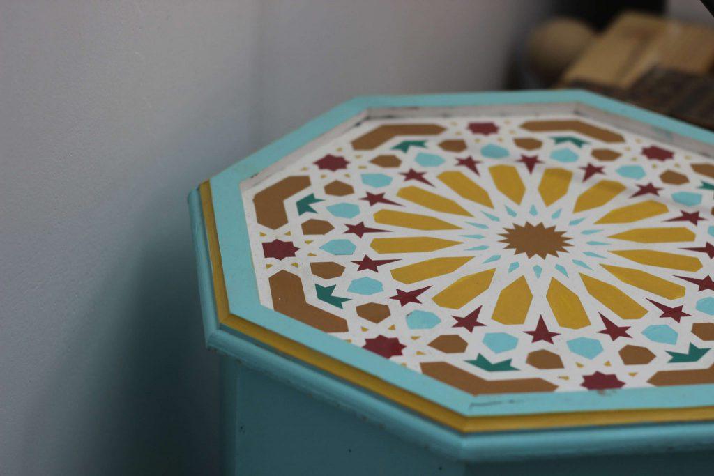 שולחן צד מרוקאי עם דוגמת זואק