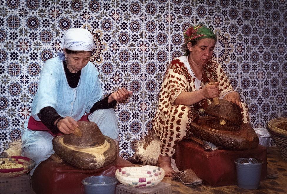 נשים מכינות את שמן הארגן