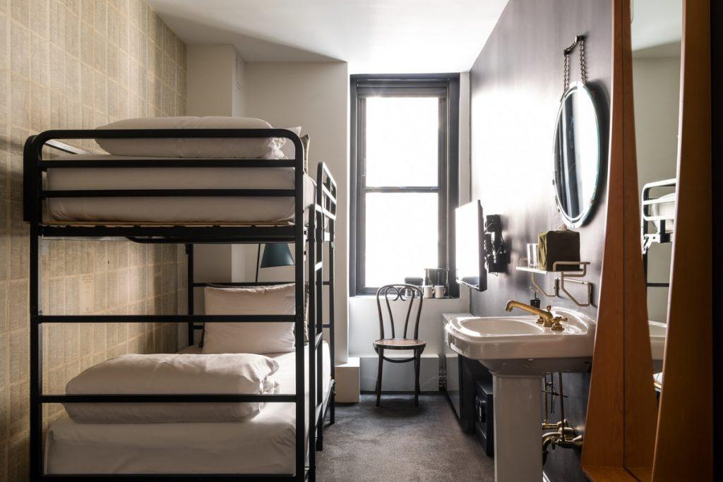 חדר עם מיטות קומותיים