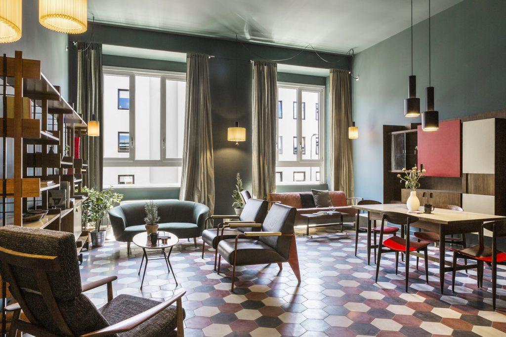 חלל משותף במלון casabaseבמילאנו. דומה לסלון ביתי