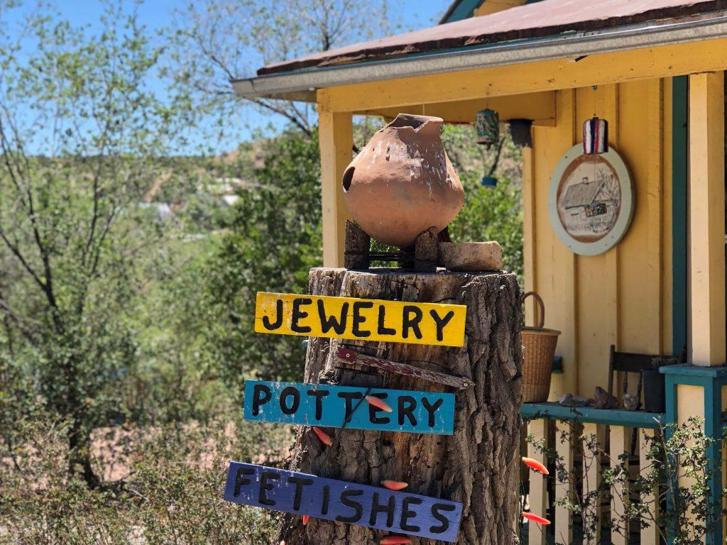 שלטים בכפר אמנים בניו מקסיקו