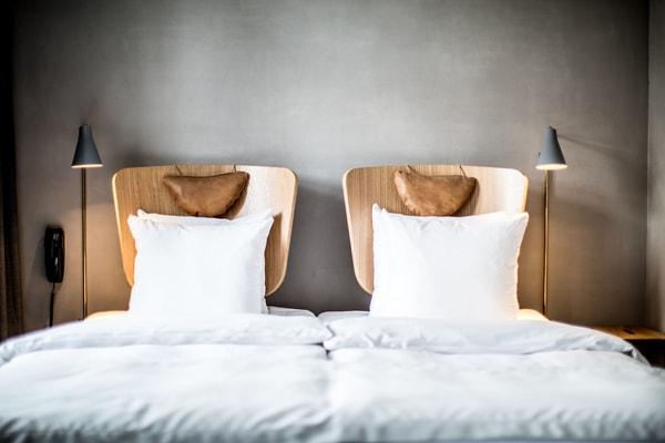 משענות של כסא כראש מיטה במלון