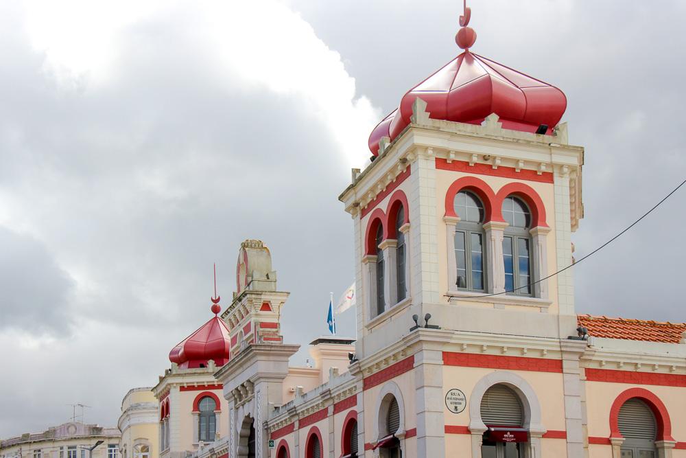 בניין השוק עם כיפות בצל אדומות