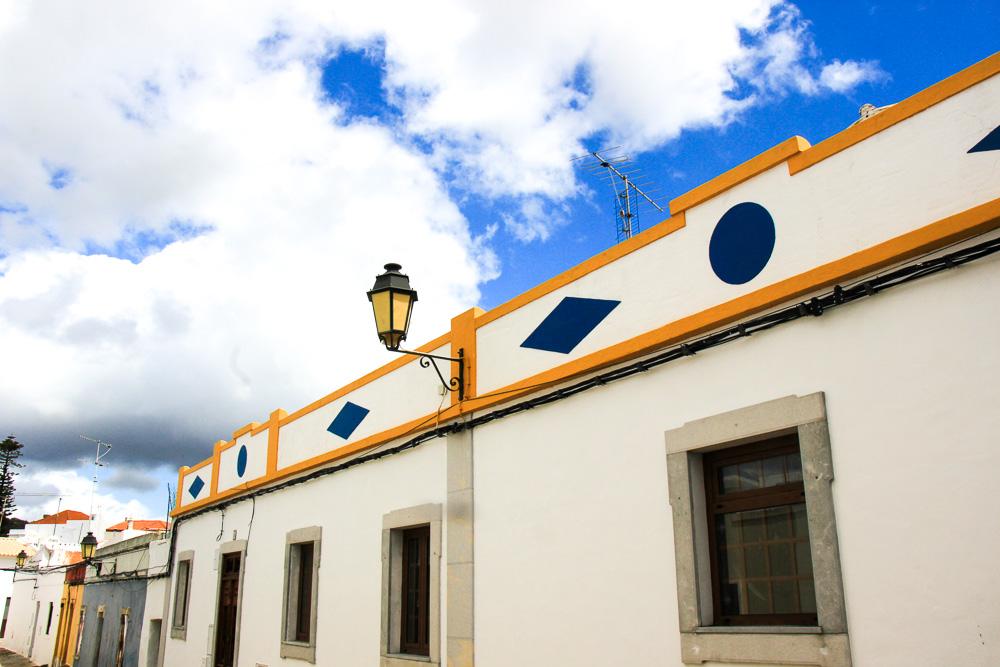 קישוטים צבעוניים על בתים בעיר העתיקה של לולה פורטוגל