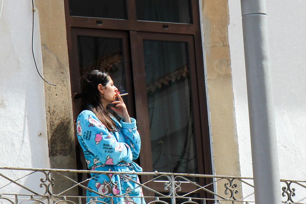 אישה מעשנת במרפסת