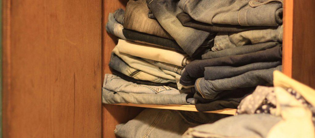 ארון מלא ג'ינסים משומשים - בית מלאכה