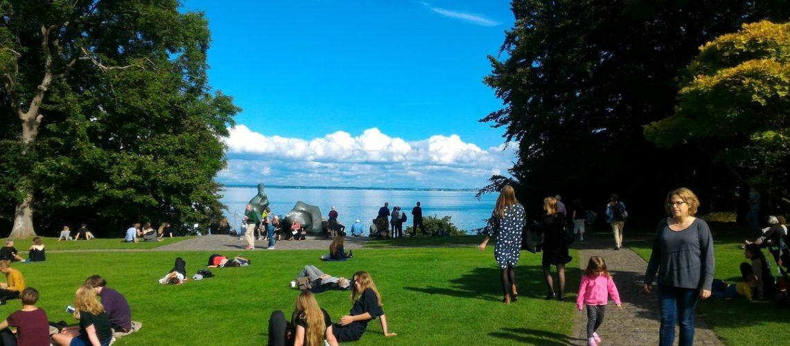 על הדשא המשקיף לים במוזיאון לואיזיאנה דנמרק
