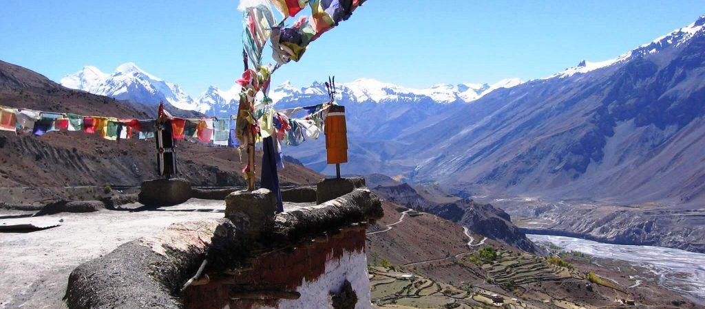 דגלי תפילה טיבטיים בראש מנזר